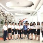 Bà Yamaguchi chụp ảnh lưu niệm cùng đội ngũ giáo viên Phúc Thái