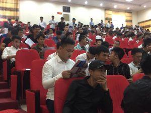 Học viên nhận đọc tờ rơi của Phúc Thái