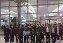 Đại diện công ty Phúc Thái cùng gia đình học viên chụp ảnh lưu niệm tại sân bay