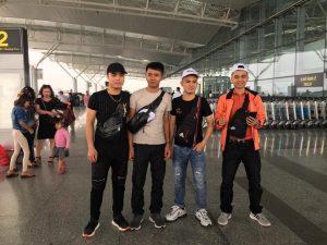 Các học viên chụp ảnh lưu niệm trước khi lên máy bay sang Nhật