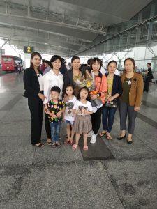 Lệ Xuân và gia đình chụp ảnh trước khi lên máy bay sang Nhật