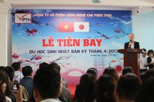 Ông Vũ Quang Trung - Hiệu trưởng trung tâm đào tạo chúc mừng các bạn học viên