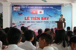 Ông Phạm Phương Đông đại diện các bậc PHHS gửi lời chúc mừng đến các bạn học viên