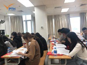 Học viên đọc thông tin, tài liệu nhà trường chuẩn bị sẵn